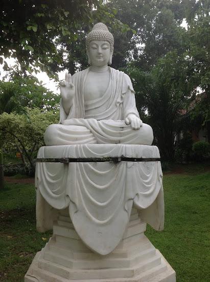 Patung buddha di sekitar Mahavihara Mojopahit