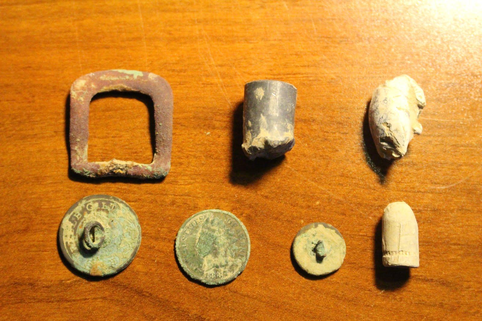 Prendas-reliquias-y-monedas-encontradas-con-un-detector