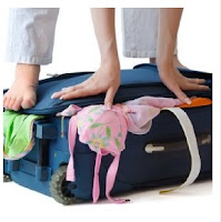 Mulher tentando fechar mala