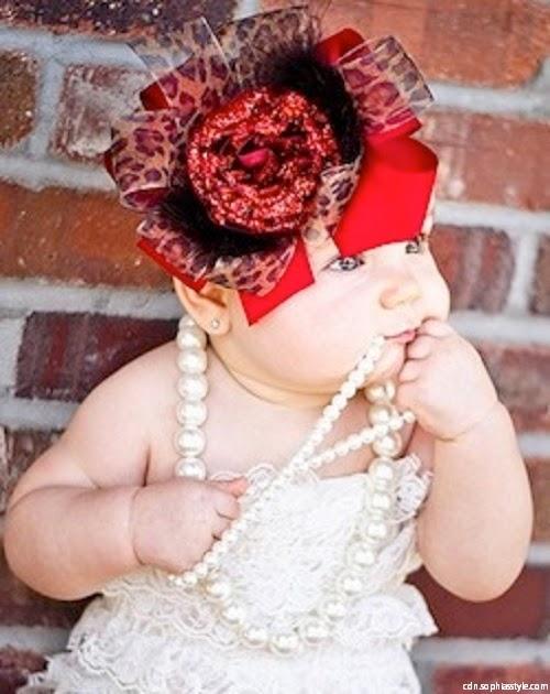 Photo bébé fille avec accessoire