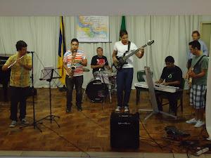 Leo(flauta), Nerisvaldo Gomes (saxofone), Reudes  Nogueira (bateria)