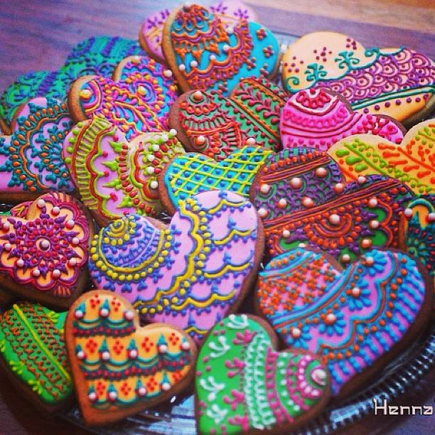 Mehndi Thaals Bengali Weddings : Curly fries mehndi nights henna heart biscuits