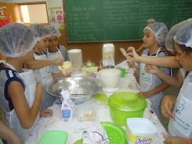 Fazendo o bolo de caldo de cana