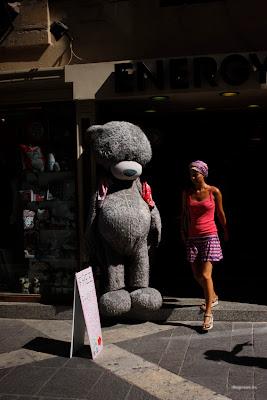 dfhoto publica tus fotos Fotografía de un Oso Gigante en Malta y una Turista