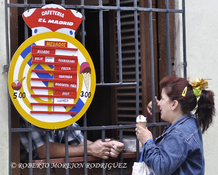 una tabla menú para anunciar helados en una cafetería en la Habana Vieja.
