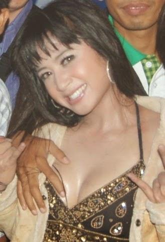 Foto Nikmatnya Pegang Payudara Artis dewi persik perawan Indonesia HOT 2015