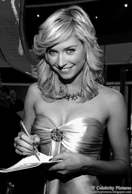 B&W pictures of Lena Gercke beautifully dressed in gold picture 1