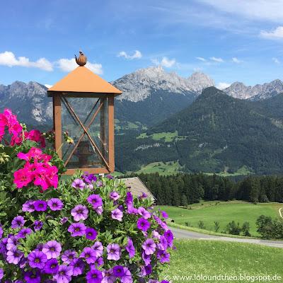 Laterne / Blumen / Petunien / Aussicht / Berge / Tal / Gondel