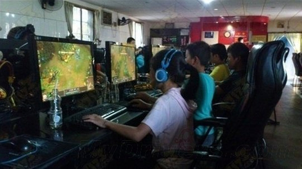 students play LoL