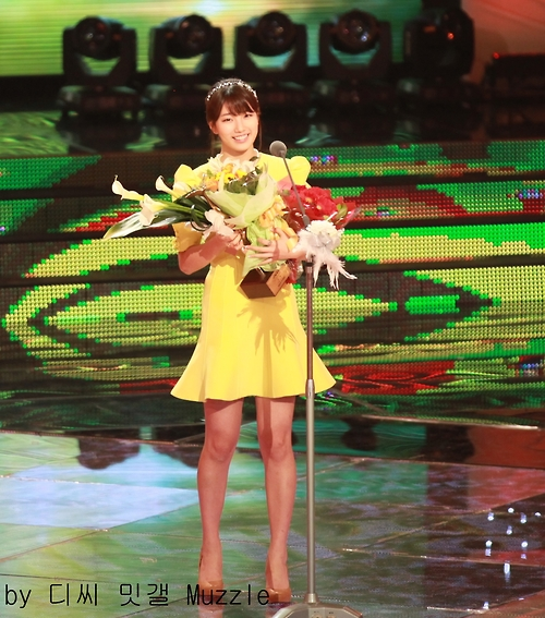 BAE SUZY RECEIVE AWARD KBS ENTERTAINMENT PHOTO