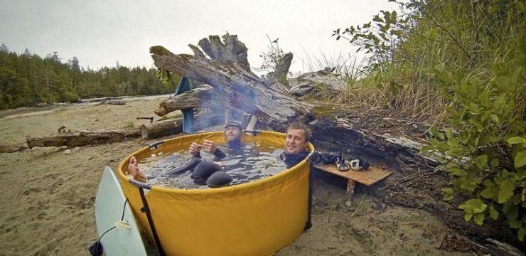 Un bañera de hidromasaje nómada que se puede calentar con una fogata