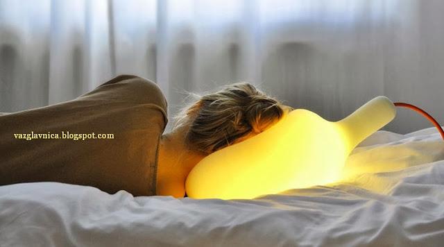 Да спиш на лампата.