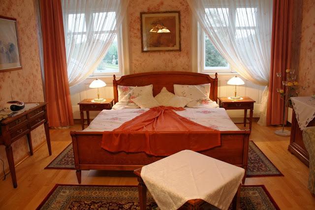 Das Rosenzimmer, eines der Genießerzimmer im Schlosshotel Rosenau © Copyright Monika Fuchs, TravelWorldOnline