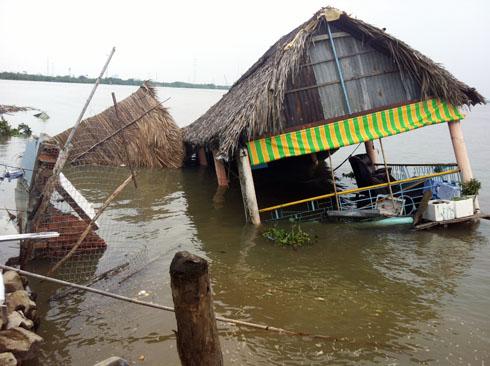 7 căn nhà trôi xuống sông, hàng chục người chạy tán loạn
