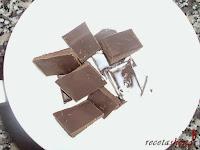 Milhoja de crema pastelera, nata y chocolate-derritiendo chocolate