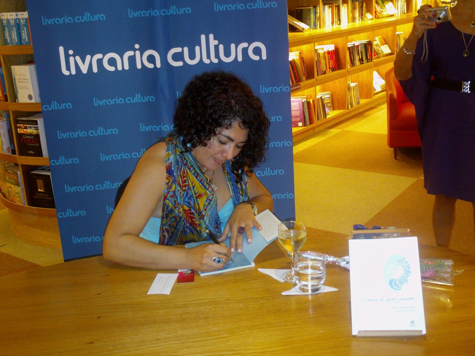 Fabiana Guimarães lança Poemas de sopro e pássaro