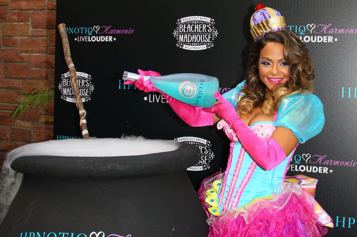 http://1.bp.blogspot.com/-YIjUMqct09A/UKOZn7QRJzI/AAAAAAAAk1o/06h3d1yYHFI/s1600/Christina+Milian+-+Launch+of+her+Halloween+cocktail+recipe+in+Hollywood+-+October+26%252C+2012+12.jpg