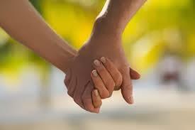 علماء أمريكيون يحددون عمر حواء وآدم من خلال تحليل DNA  - رجل يمسك يد حبيبته امرأة