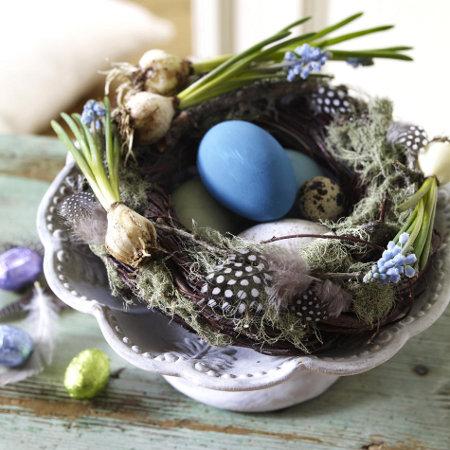 Декорация за Великден в синьо и зелено с пролетни акценти