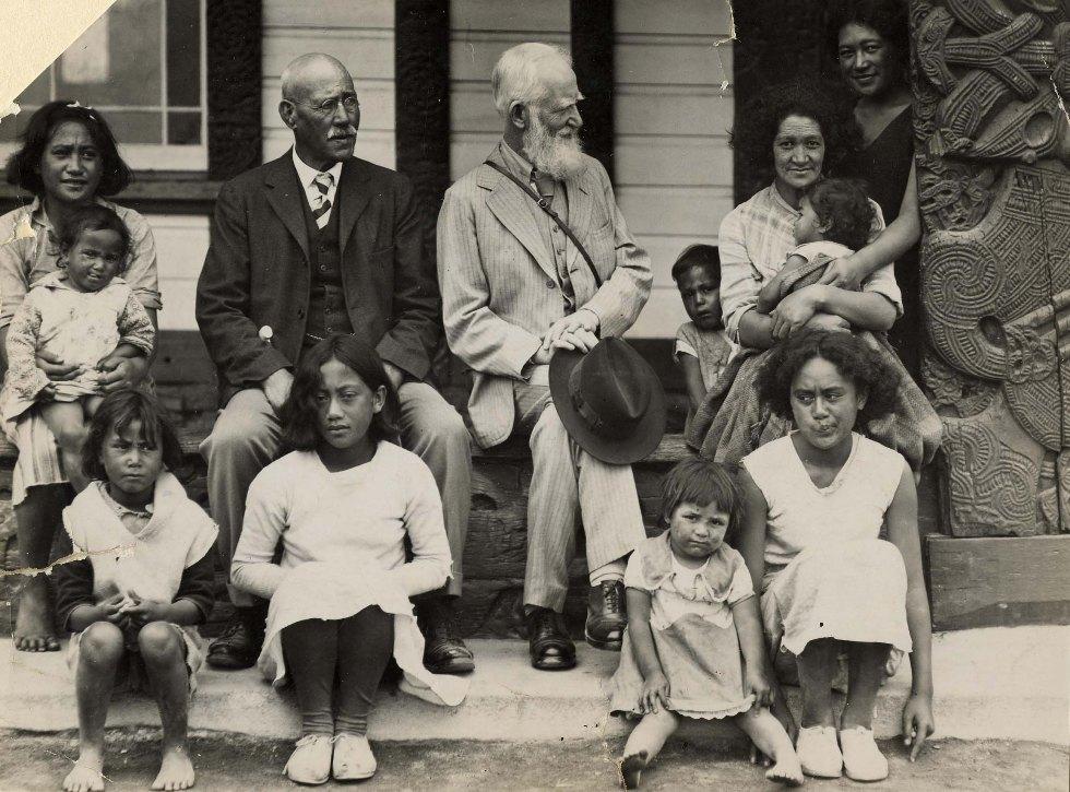 El escritor Bernard Shaw junto a madres y niñas maoríes, durante su viaje a Nueva Zelanda en 1934.