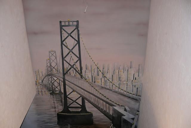 Aranżacja ściany w przedpokoju, malowanie mostu na ścianie w perspektywie