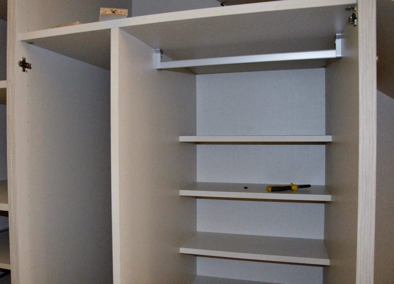 Nuestro armario en el hueco bajo la escalera paperblog for Armarios para escaleras