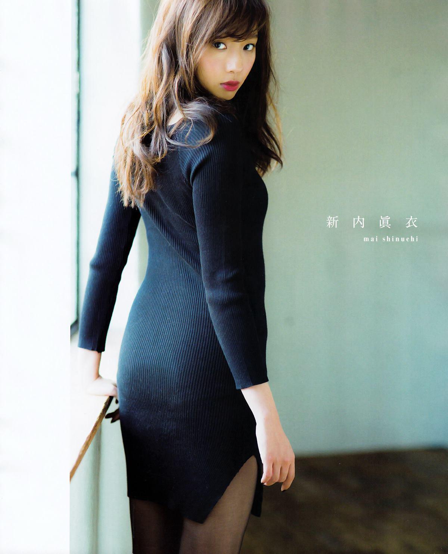 黒いニット素材のドレスを着用している新内眞衣