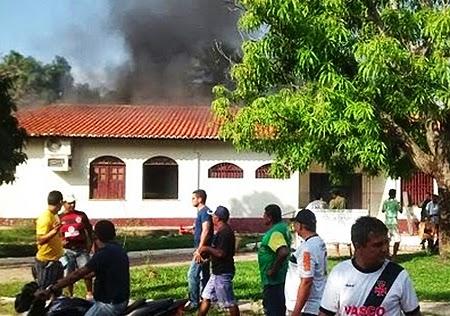 Delinquentes invadem e ateiam fogo no fórum de Buriti (1)