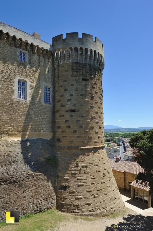 une tour du château de suze la rousse au dessus du village photo blachier pascal