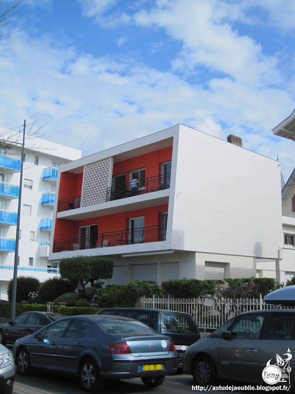 """astudejaoublie Royan - Petit immeuble """" La Perrinière""""  Architectes: J. Daugrois, Marcel  Barnier  Projet: 1955"""