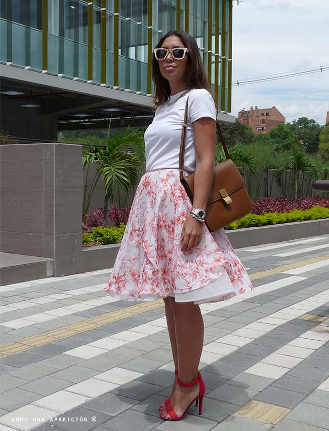 street-style-sunglasses-necklace-white-t-shirt-brown-bag-print-floral-skirt-red-red -heels-street-style-colombiamoda-como-una-aparición