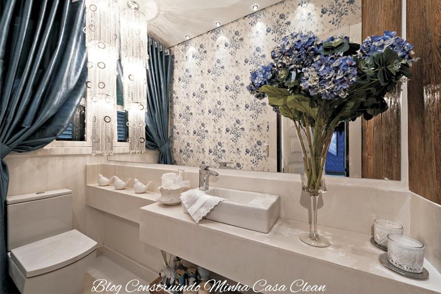 decoracao de interiores em casas de madeira:Lavabo com papel de parede, cortina, vaso de flor, pendente de