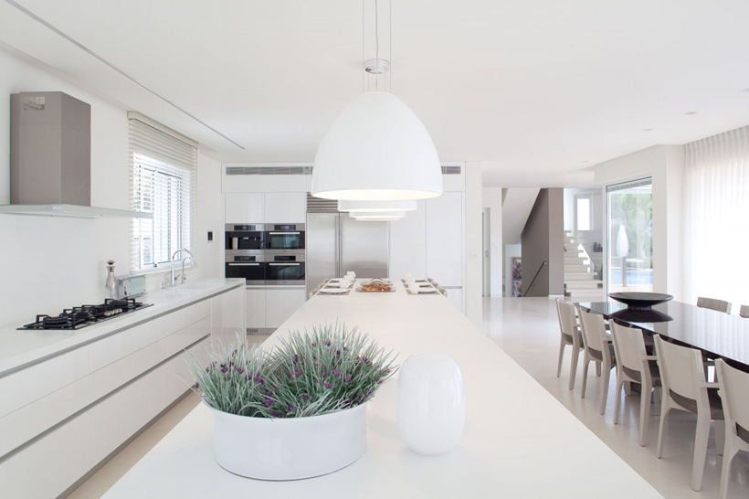 White interior design in modern sea shell home israel for Maison ultra minimaliste
