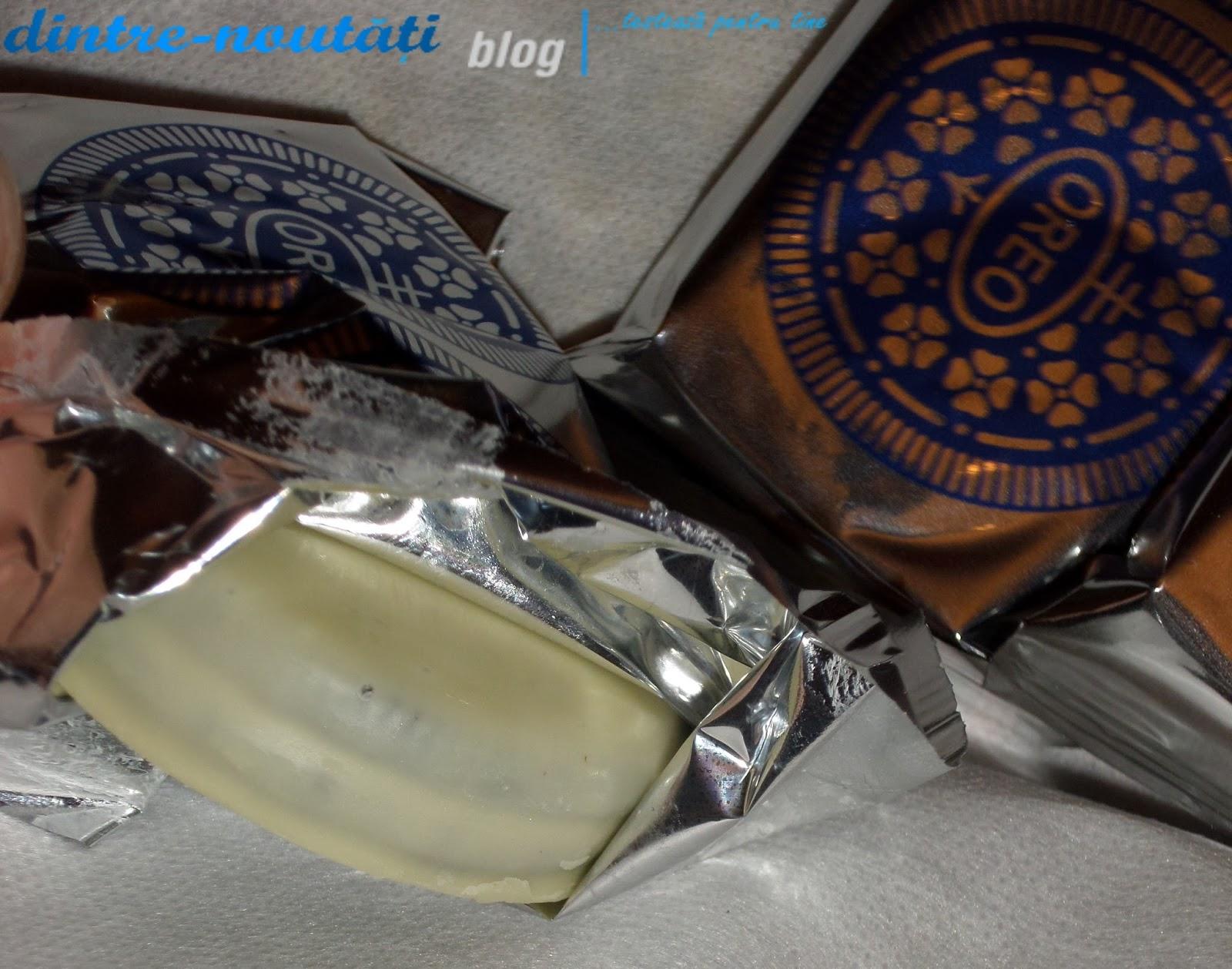 Biscuiți glazurați cu ciocolată albă (43%), aromă de ciocolată (38%) și umplutură cremă de vanilie (19%)