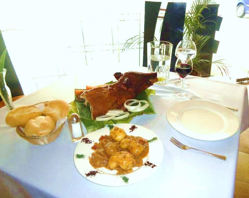 Mesa con vino lech n a la segoviana for Lechon al horno de cocina