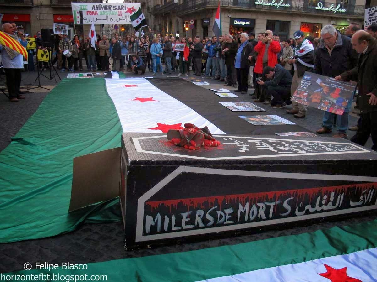 Los concentrados portaban una bandera de la oposición siriana.