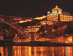 El sueño de la congregación ritual de vampiros en un gigantesco palacio frente a un gran río en una ciudad del norte de Europa
