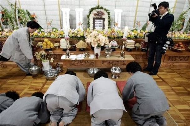 Sedang berlutut dalam upacara agama