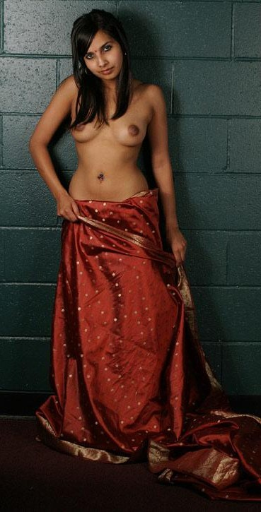 Hot Indian Girls Exposing nude Boobs in Saree