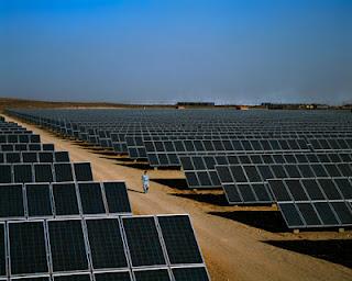 石嘴山の近郊に建設された中国初の大型太陽光発電施設