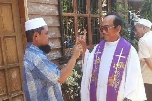 Allahu Akbar, Father Mendoza Pemimpin Besar Pastor Katolik Masuk Islam