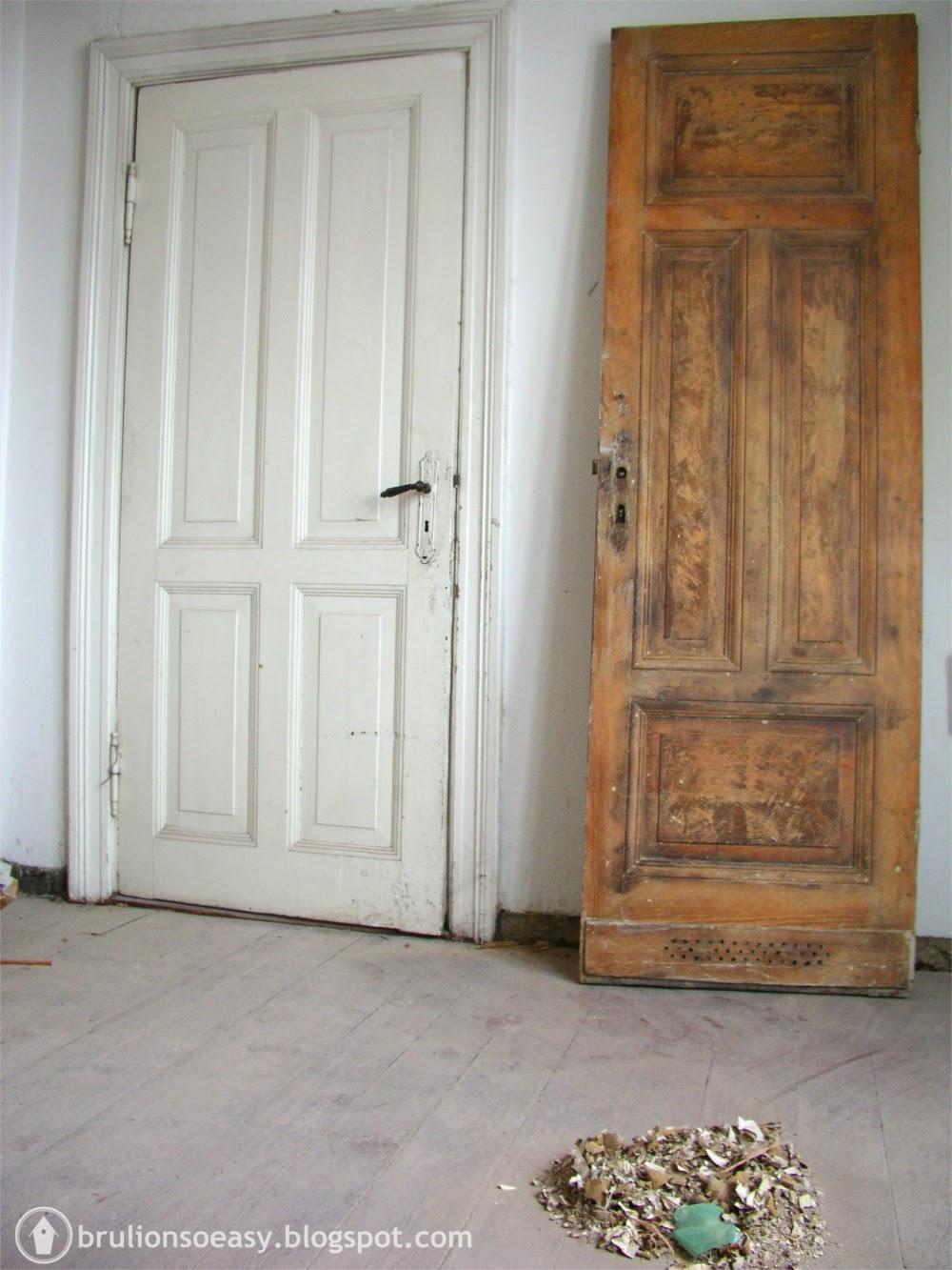 opalone drzwi w kamienicy  przed i po
