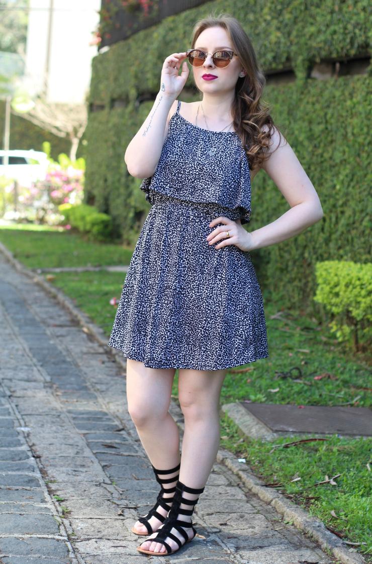 vestido estampado e sandália gladiadora