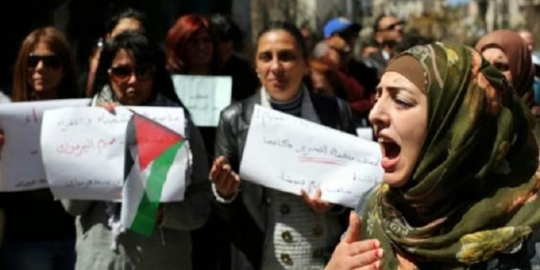 Warga Palestina di Ramallah, Tepi Barat, berdemonstrasi mengecam aksi ISIS di kamp Yarmouk, Suriah