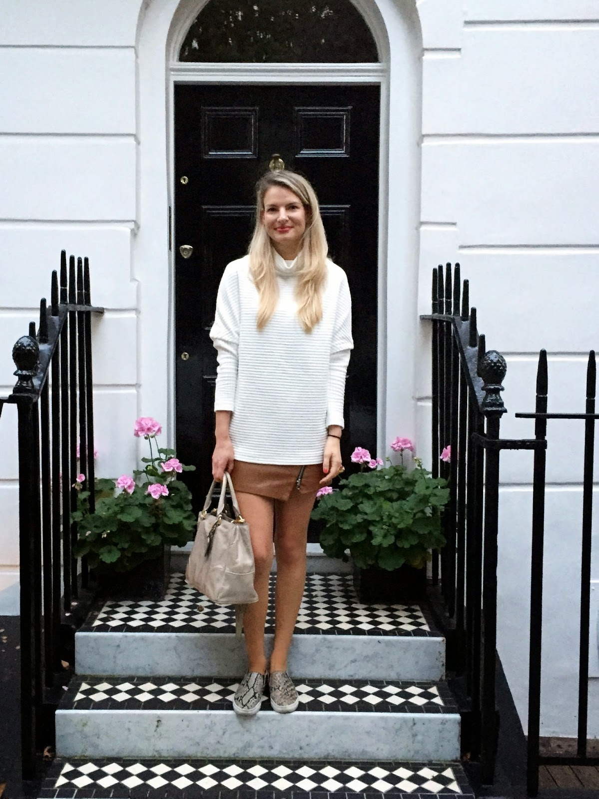 streetstyle london, fashion blogger london, white jumper, brown leather skirt, leather skirt with zip, zara leather skirt, prada bag, beige prada bag, snake print slipons