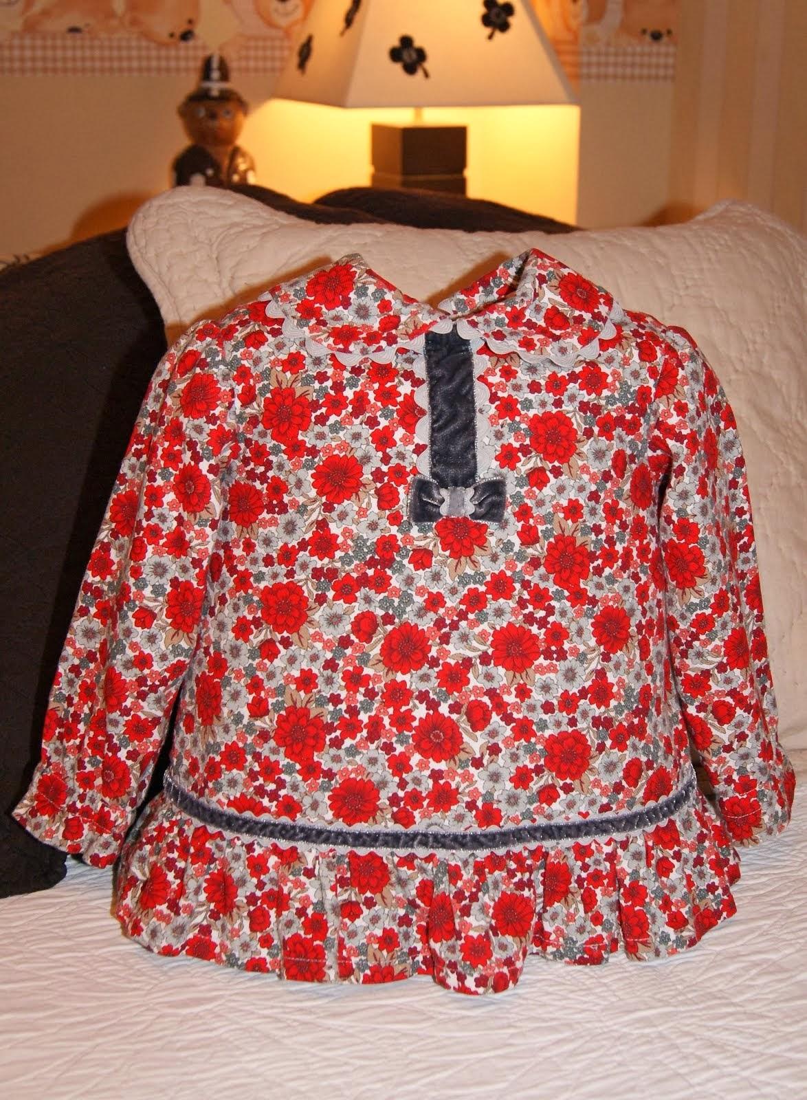 Camisola flores rojas y grises