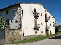 La façana de llevant amb quatre balcons i una garita de Can Serrabou
