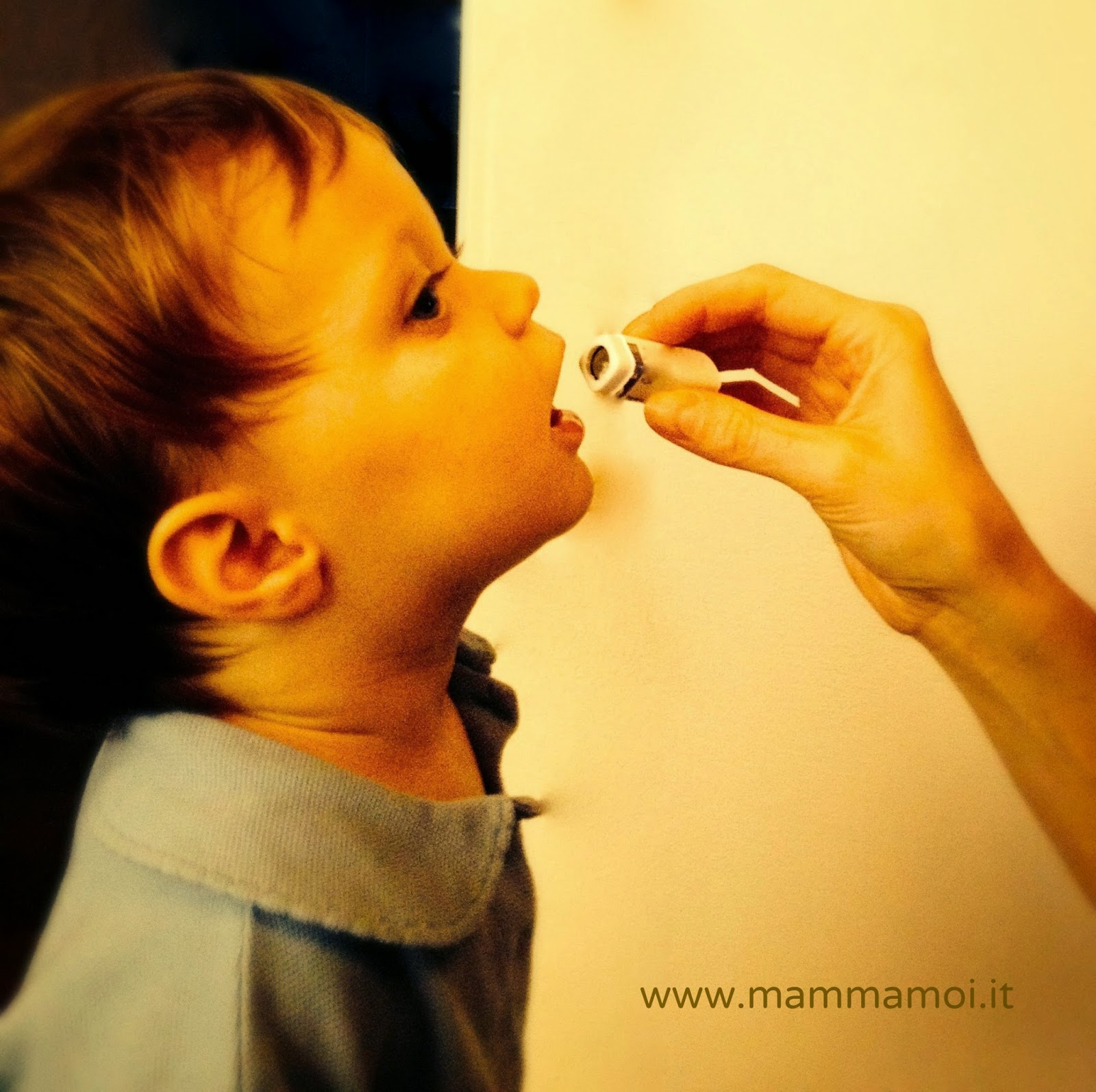 Bambina che assume i rimedi omeopatici