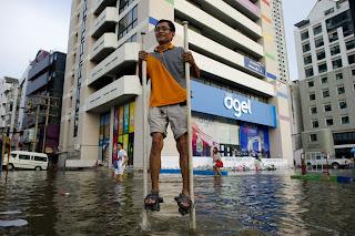 Kelakuan Paling GokiL rakyat Thailand di Musim Banjir ... !!
