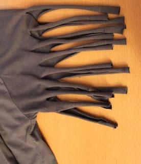 guntingan pada lengan kaos harus ditarik / diregang